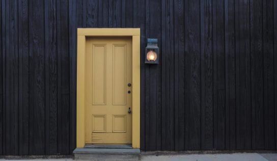 Ako na svojpomocnú montáž dverí